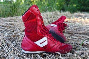 червени маратонки